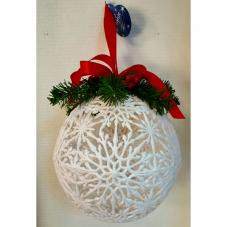 Шар белый из снежинок с еловой веткой, ягодами и красной лентой, 23 см.